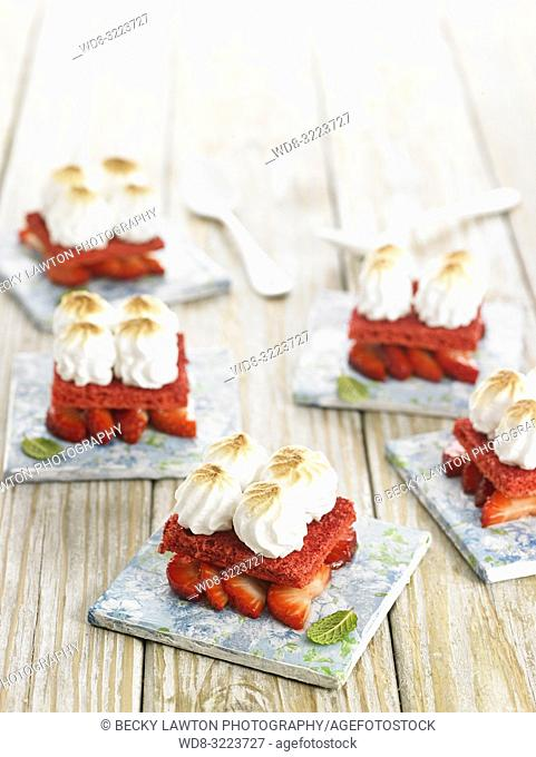 fresas merengadas con bizcocho / Meringue strawberries with sponge cake