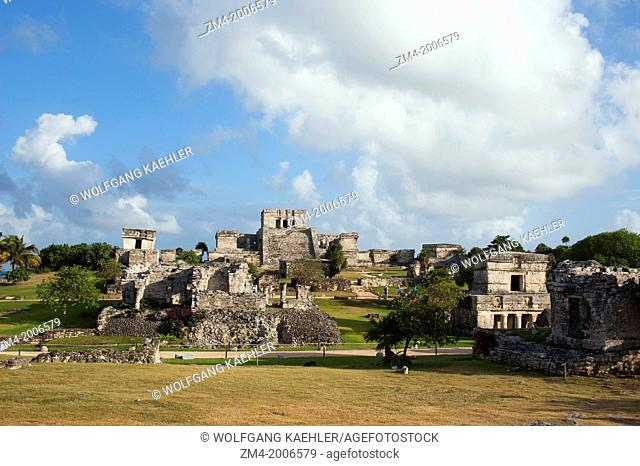 MEXICO, YUCATAN PENINSULA, NEAR CANCUN, RIVIERA MAYA, MAYA RUINS OF TULUM, HOUSE OF THE COLUMNS, EL CASTILLO (CASTLE) AND TEMPLE OF THE DECENDING GOD ON LEFT IN...