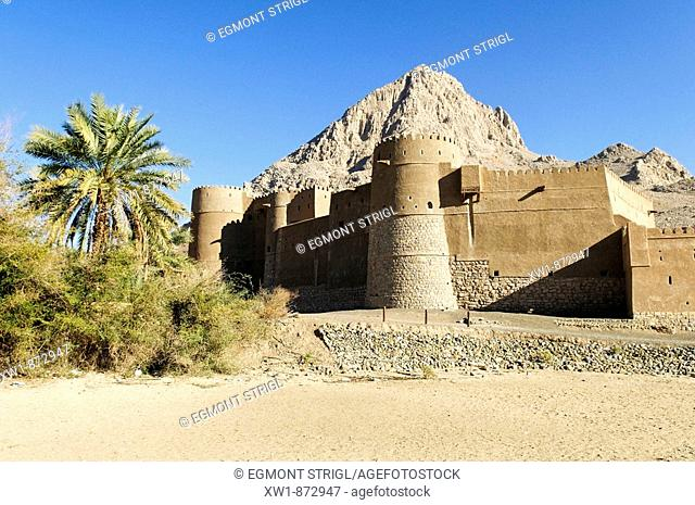 historic adobe fortification Yanqul Fort or Castle, Hajar al Gharbi Mountains, Al Dhahirah region, Sultanate of Oman, Arabia, Middle East
