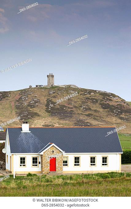 Ireland, County Donegal, Inishowen Peninsula, Malin Head, Ballygorman, house and Banba's Crown tower