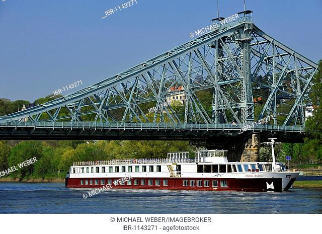 Blaues Wunder, Blue Wonder, historical bridge between Loschwitz and Blasewitz near Dresden, with excursion ship Johannes Brahms, Saxony, Germany, Europe