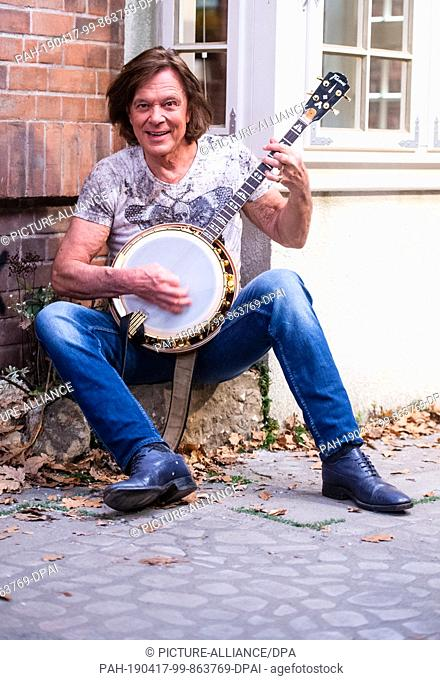 "17 April 2019, Lower Saxony, Lüneburg: Jürgen Drews, pop singer, plays on his banjo at a press conference in the studio where """"Rote Rosen"""" is filmed"