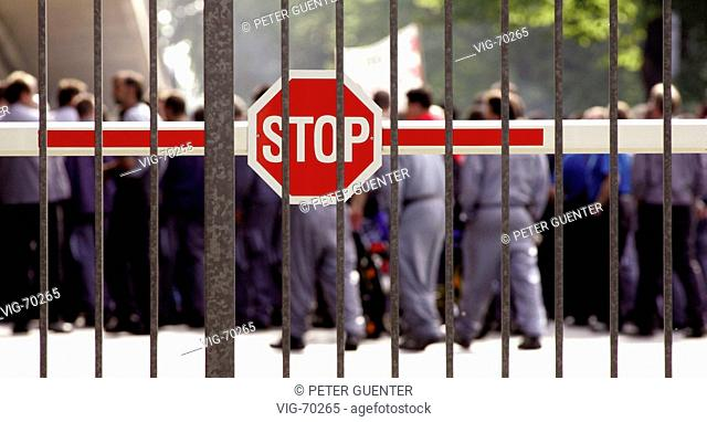 Demonstrating worker at the DaimlerChrysler works in Bremen. - BREMEN, GERMANY, 15/07/2004
