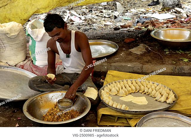 A man making samosas along the roadside in Nagpur, India. - NAGPUR, MAHARASHTRA, INDIA, 16/06/2010