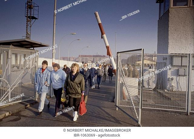 Fall of the Berlin wall, people from East Berlin crossing the inspection point at Bornholmer Bruecke bridge, Berlin, Germany, Europe