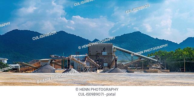 Crusher and conveyor belts at gravel mine, Pak Chong, Nakhon Ratchasima, Thailand, Asia