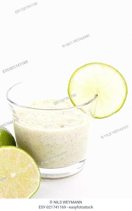 Frischer leckerer Joghurt mit Limetten isoliert