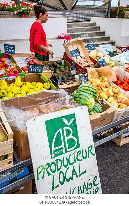 LOCAL ORGANIC FARMER IN THE MARKET BY THE TOWN HALL, BIDART, (64) PYRENEES-ATLANTIQUES, AQUITAINE