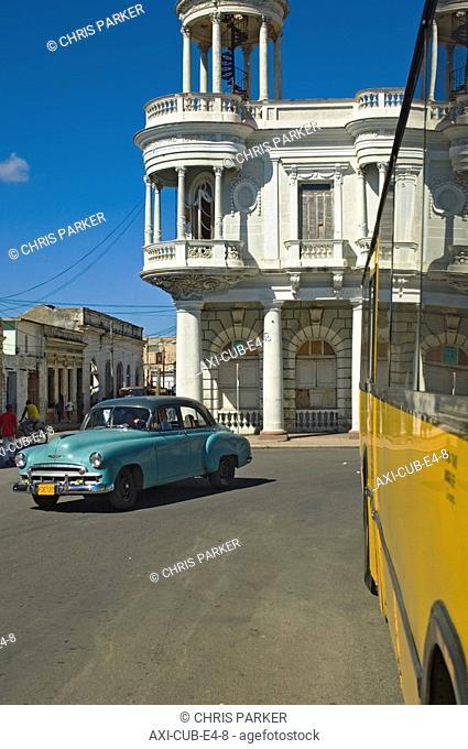 A vintage car outside the Palacio Ferrer