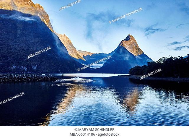 New Zealand, south island, Milford sound, mountains disappear in clouds, mountain lakes, rainforest, Cruiseboot, reflections on clear water