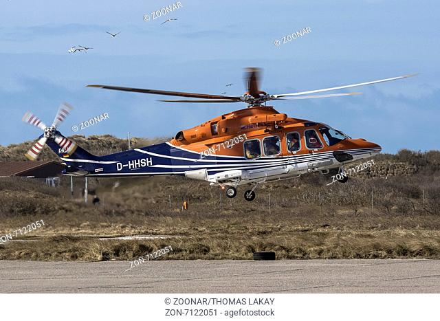 Augusta Westland AW 139 beim Start zur Windparkversorgung auf dem Helgoländer Flughafen. Agusta Westland AW 139 at the start of the wind farm supply on the...