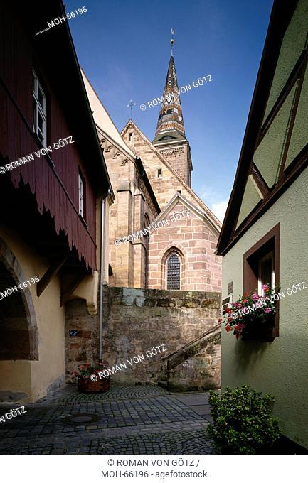 Blick vom Schulgässchen auf den Kirchenkomplex