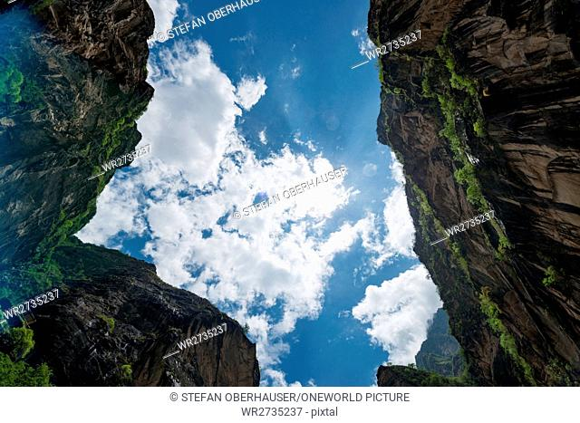 China, Yunnan Sheng, Diqing Zangzuzizhizhou, hike (2-day tour) to the Tigersprung Gorge of the Yangtze River, view between steep rock faces in the bright blue...