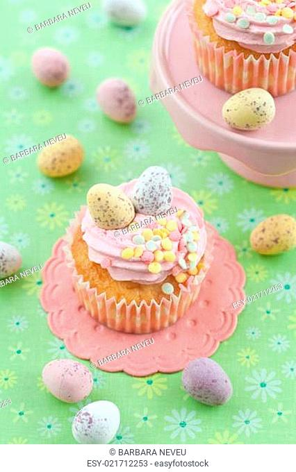 Kleiner Cupcake mit Ostereiern
