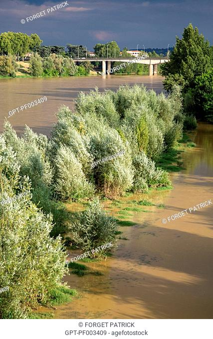 THE MUDDY WATERS OF THE GARONNE RIVER AFTER THE SPRING RAINS,CITY OF AGEN, (47) LOT-ET-GARONNE, FRANCE