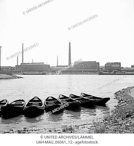 Sieben Ruderboote am Rheinufer in Ludwigshafen, gegenüber den BASF Werken, Deutschland 1930er Jahre. Seven rowing boats at the shore of river Rhine