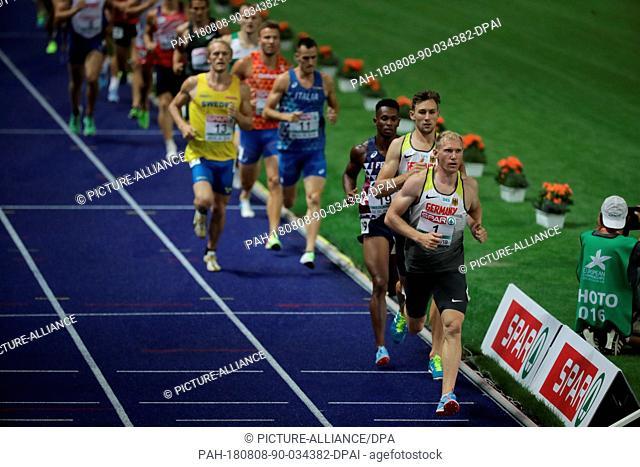 08.08.2018, Berlin: Athletics, European Championship in the Olympic Stadium: Decathlon, 1500 m, Men, Arthur Abele from Germany (r) in action in front of...
