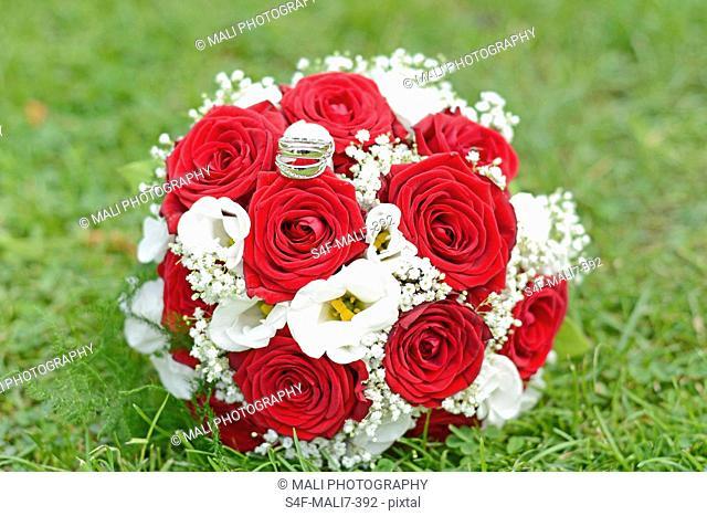 Brautstrauß auf dem Rasen