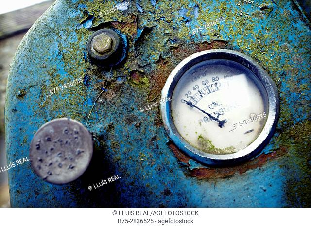 """Close up of a pressure gauge on old """"Ferguson"""" tractor panel. Hawes, Gayle, Richmondshire, Yorkshire Dales, North Yorkshire, England, UK"""