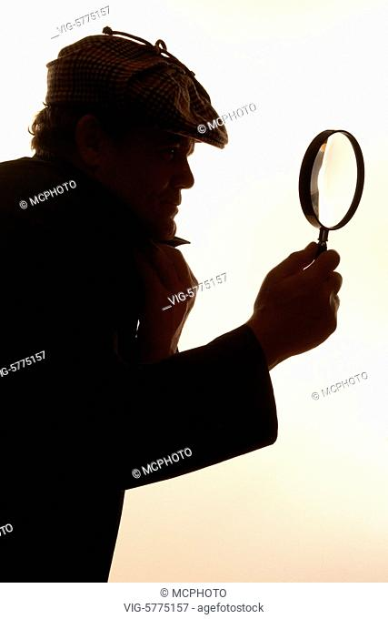 Germany, HAMBURG, 29.12.2006, Detektiv mit Lupe in der Hand - Hamburg, Germany, 29/12/2006