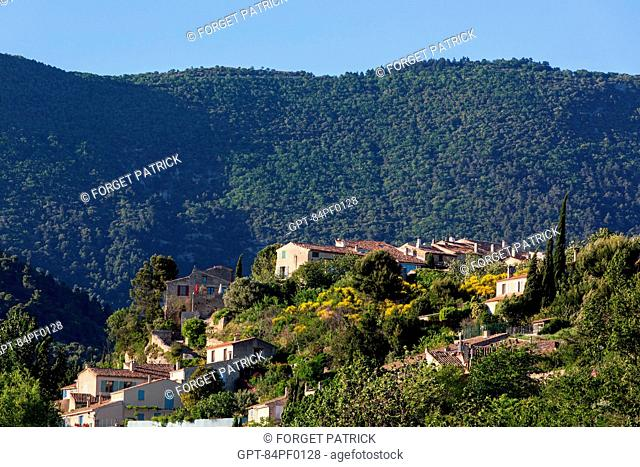 THE HILLTOP VILLAGE OF CABRIERES D'AIGUES IN FRONT OF THE LUBERON MOUNTAIN RANGE, REGIONAL NATURE PARK OF THE LUBERON, VAUCLUSE (84), FRANCE