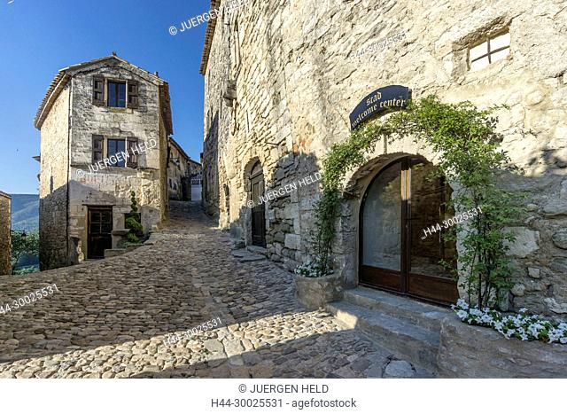 France, Vaucluse, Luberon, Alleyway in perched village of Lacoste