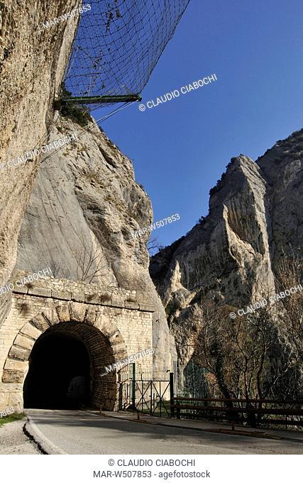 galleria romana del furlo, acqualagna, marche, italia