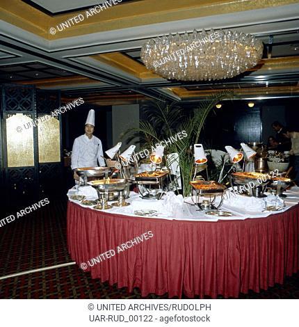 Der chinesische Chefkoch an seinem Buffett in einem Restaurant in Hongkong, Anfang 1980er Jahre. Chinese chef at the buffet of a restaurant in Hong Kong