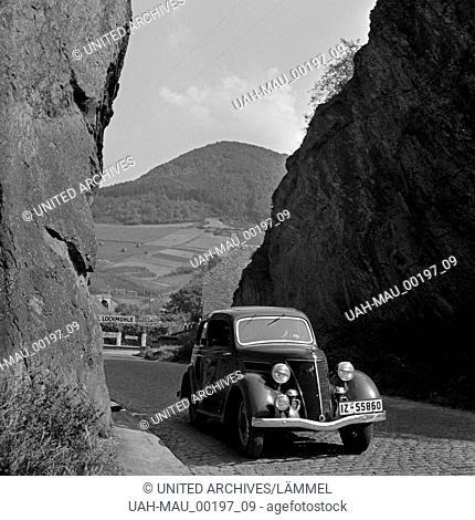 Mit dem Ford Eifel unterwegs durch das Ahrtal, hier in der Nähe von Mayschoß, beim Hotel Lochmühle, Deutschland 1930er Jahre
