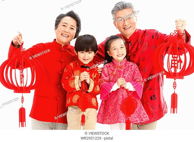 Grandparents and grandchildren to celebrate the Spring Festival