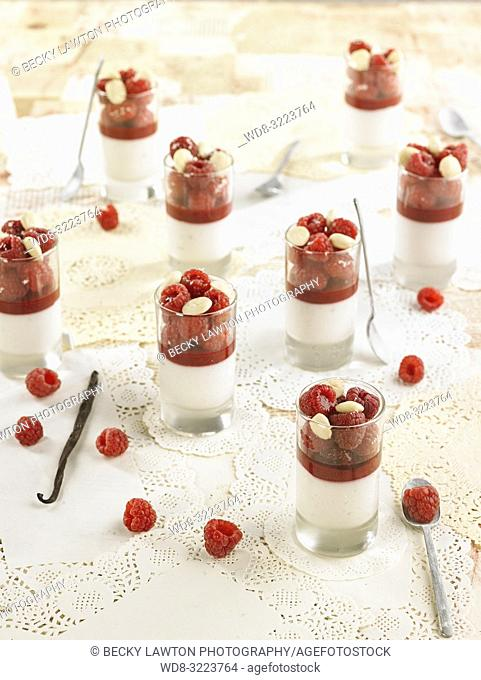 leche de almendras con jarabe de frambuesas, frambuesas y almendras / almond milk with raspberry syrup, raspberries and almonds