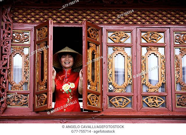 China, Yunnan Province, Shangri-La region, Lijiang, Chinese woman