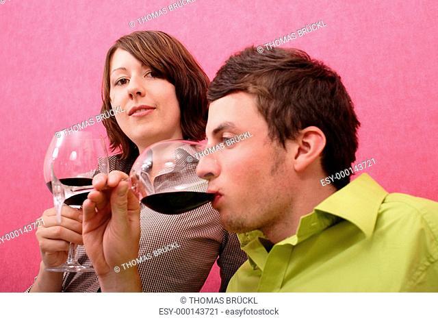 Junges Paar beim Weintrinken