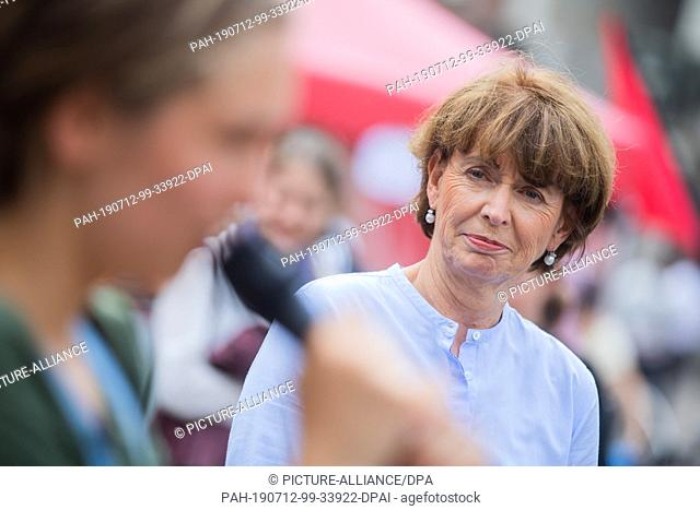 12 July 2019, North Rhine-Westphalia, Cologne: Henriette Reker (r, non-party), Lord Mayor of Cologne, discusses with pupils at the closing rally of a Fridays...