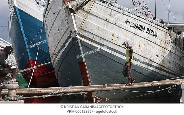 Loading goods in the harbor onto schooners, Sunda Kelapa, Jakarta, Java, Indonesia, Southeast Asia