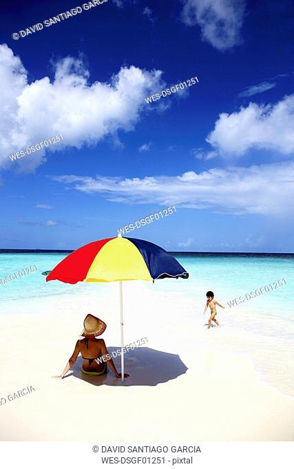 Maldives, Kaafu Atoll, mother and daugther on sandbank