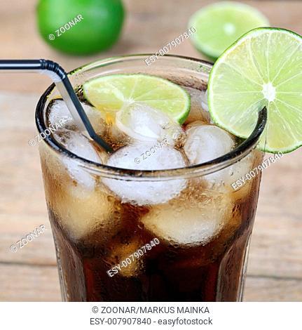 Cola Getränk im Glas mit Eiswürfeln