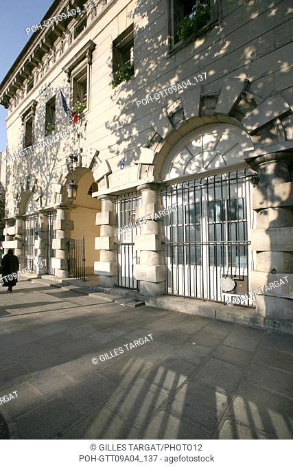 tourism, France, paris 14th arrondissement, place denfert rochereau, denfert rochereau square, octroy building of ledoux, pavement Photo Gilles Targat