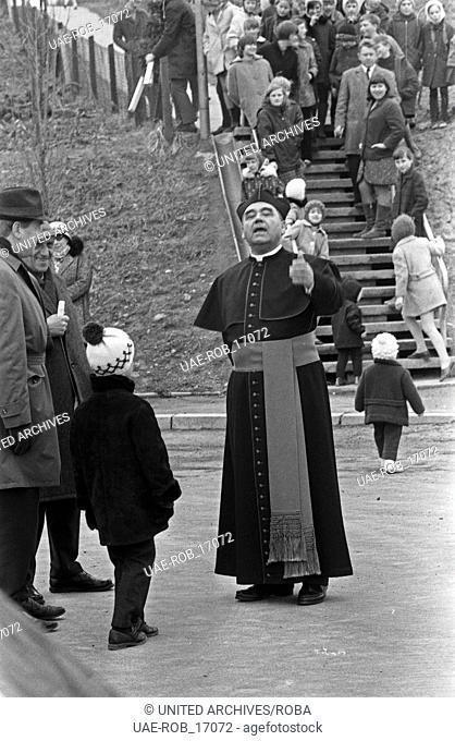 Neu-Böseckendorf, Fernsehfilm, Deutschland 1969, Regie: Robert A. Stemmle, Darsteller: Walter Richter (Priester)