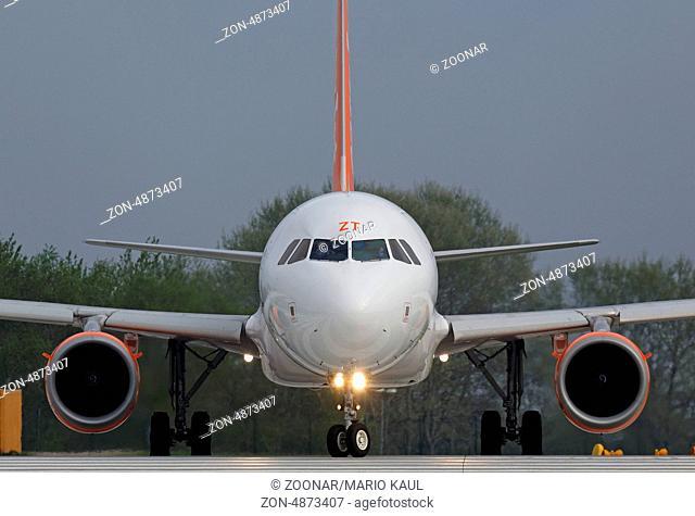 Ein zweistrahliges Verkehrsflugzeug vom Typ Airbus A319-111 ( HB-JZT ) der Fluggesellschaft EasyJet Airline startet am Flughafen Dresden - Klotzsche
