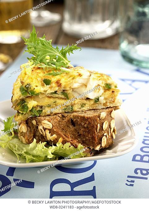 montadito de tortilla de bacalao, pimiento verde y guindilla