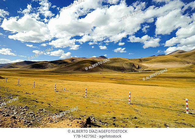 Road on the plateau of Tibet, towards Chamdo