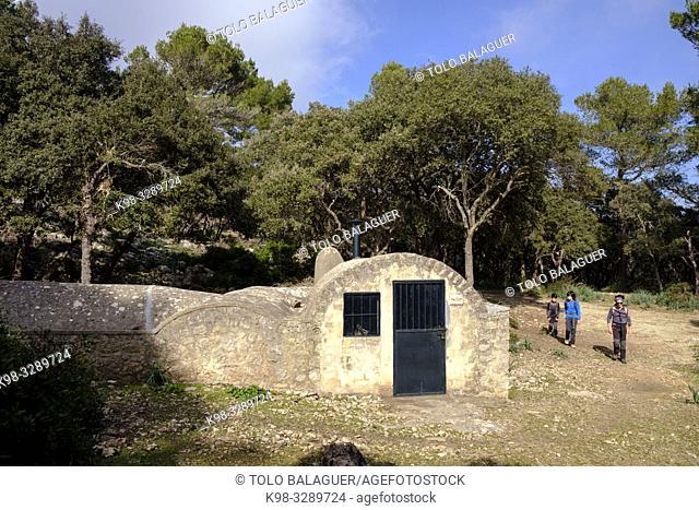 barraca y cisterna con bóvedas de medio cañón, Mola de Son Pacs, Valldemossa, Mallorca, balearic islands, Spain