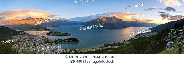 View of Lake Wakatipu and Queenstown at sunset, Ben Lomond Scenic Reserve, mountain chain The Remarkables, Otago, Southland, New Zealand