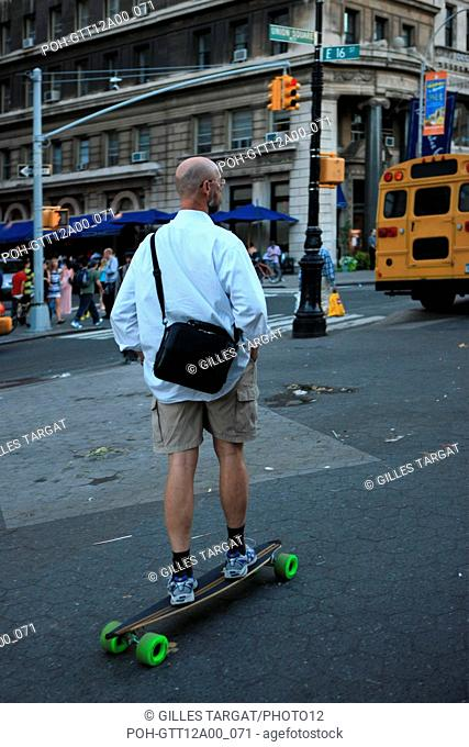 usa, etat de New York, New York City, Manhattan, Chelsea, buildings, rue, union square, senior, skateboard, Photo Gilles Targat