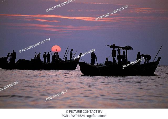 Ngapali, fishing boats coming back at sunrise