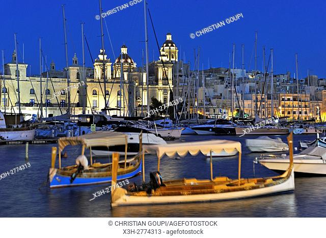 ''Luzzu'' in the port of Senglea (Isla) with Birgu's Marina (Vittoriosa) in the background, Three Cities, Malta, Southern Europe