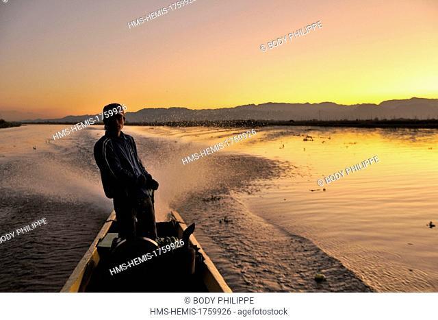 Myanmar (Burma), Shan State, Inle Lake, boatman