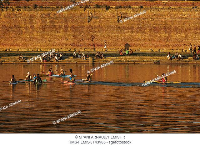 France, Haute Garonne, Toulouse, listed at Great Tourist Sites in Midi-Pyrenees, banks of the Garonne, training of practitioners canoe kayak along the quay...