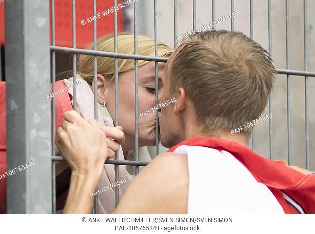 Winner Martin GRAU, LSC Hoechstadt / Aisch, 1st place kisses his girlfriend, kiss, final 3000m obstacle of the men on 21.07.2018